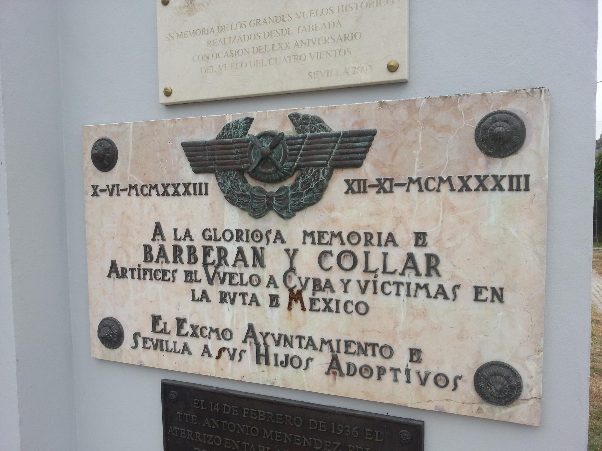"""Esta otra placa erigida por el Ayuntamiento de Sevilla, recuerda la memoria de los aviadores Barberán y Collar, artífices del histórico vuelo del """"Cuatro Vientos"""" y que desaparecieron trágicamente durante el vuelo a Méjico"""