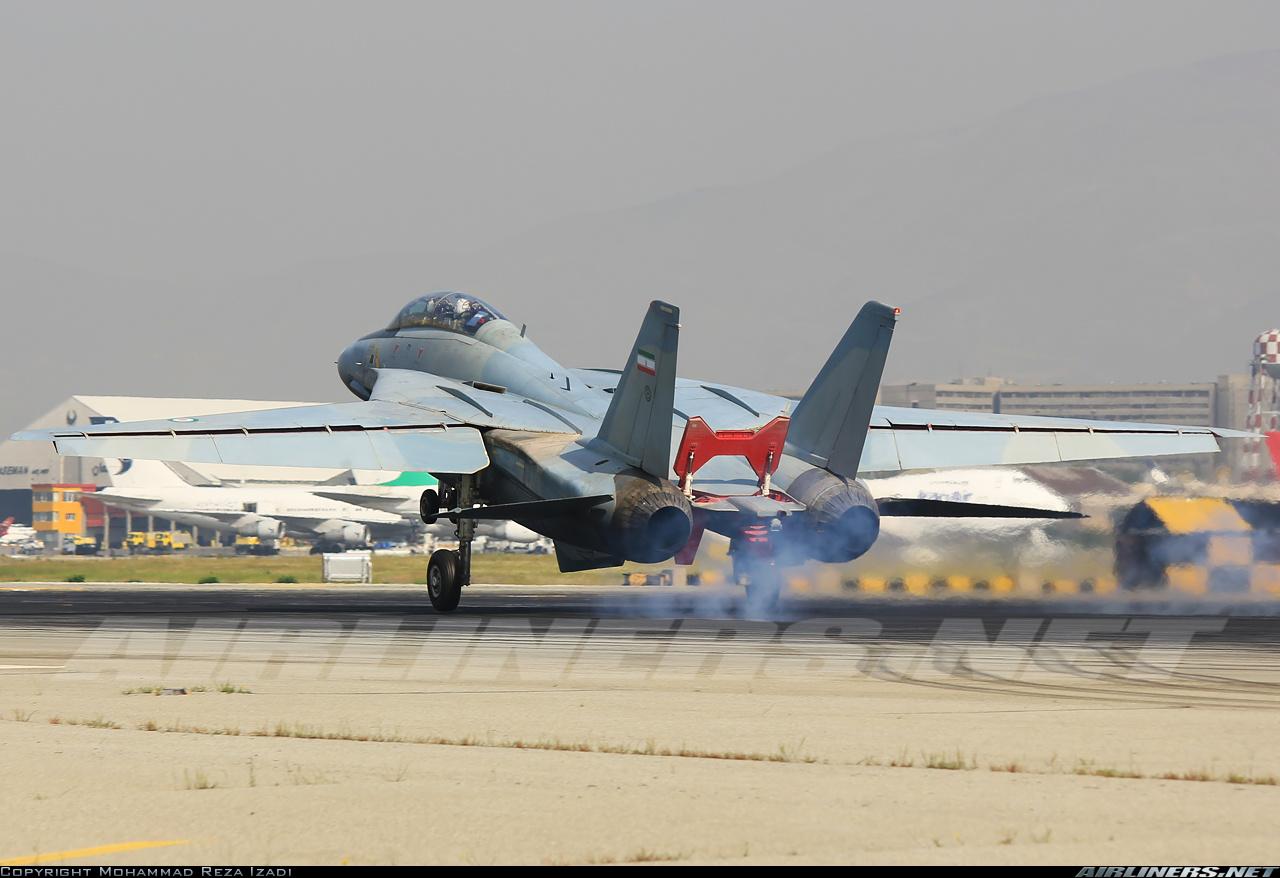 Hermosa instantánea de un F-14A de la IRIAF en el instante del aterrizaje, con las alas extendidas y los spoilers desplegados