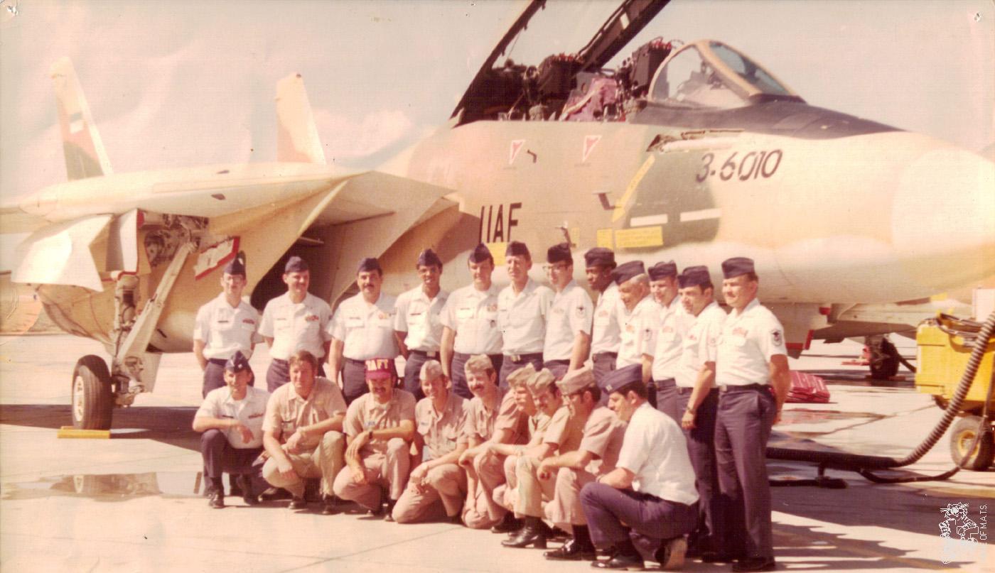 Tripulaciones norteamericanas posan junto a pilotos iraníes delante de un Tomcat de la IIAF