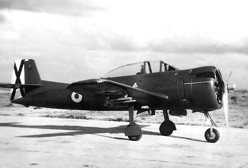Prototipo del Hispano HA-100E1 en Tablada. Puede observarse la comunalidad de elementos con el Saeta, como la idéntica sección de cola (Fuente: CASA)