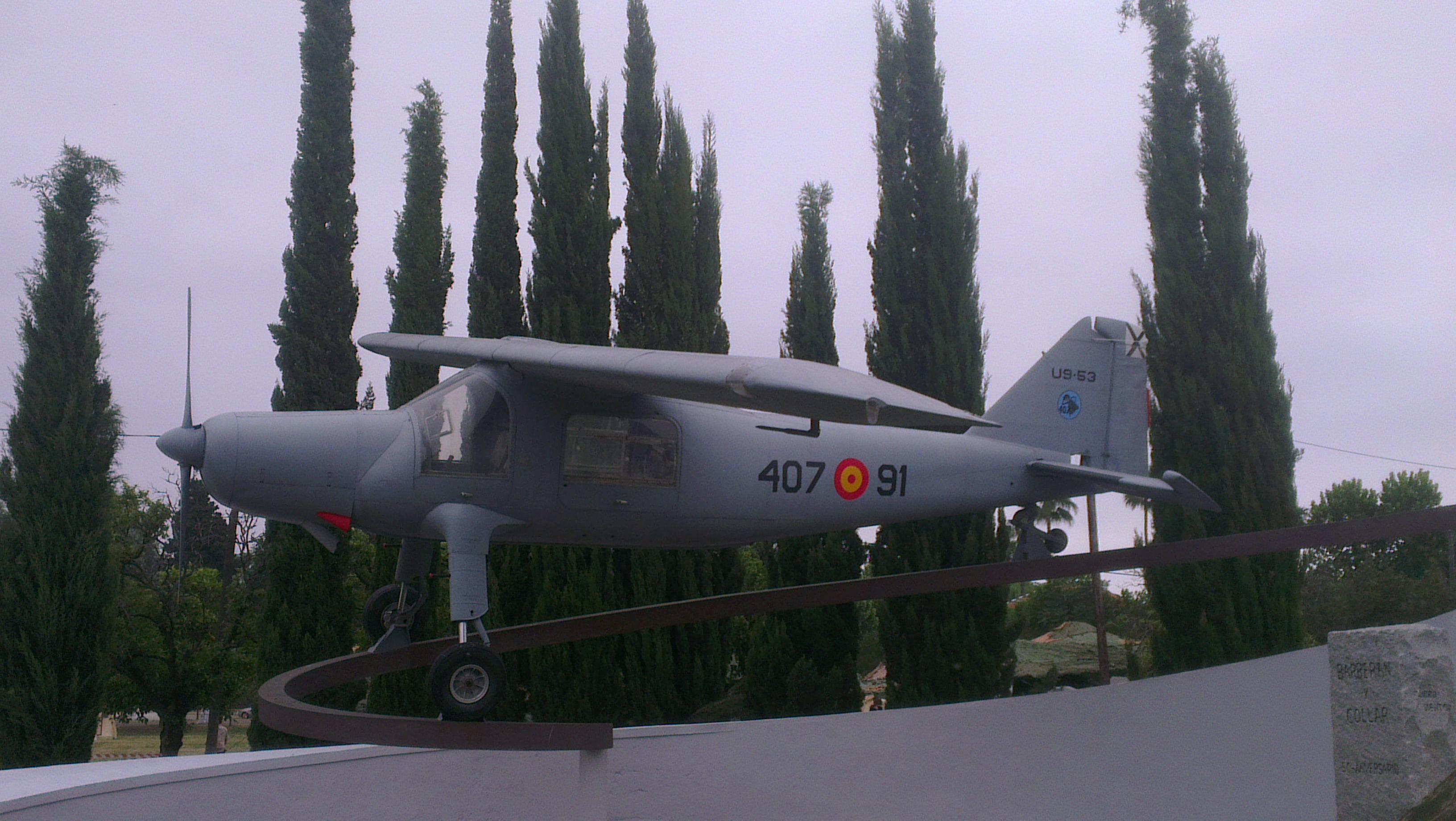 Un CASA/Dornier C-127 (U.9) preside la explanada central de la Base de Tablada. Fabricado en España por CASA en número de 50 unidades, este modelo fue el primero diseñado en Alemania tras la Segunda Guerra Mundial.
