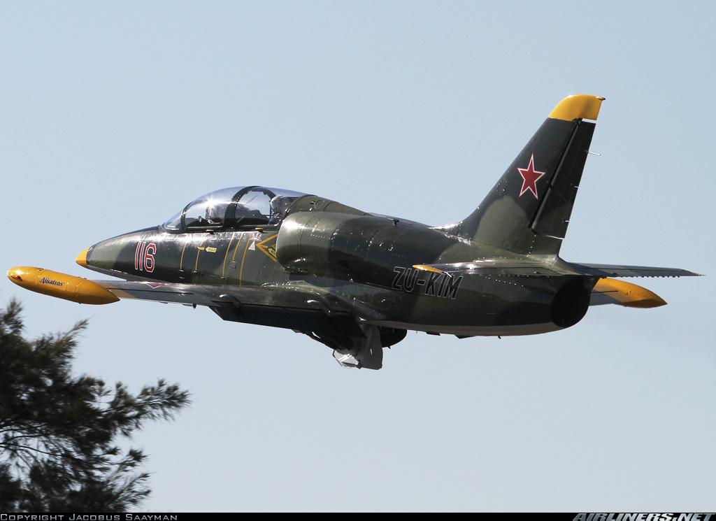 Este L-39C Albatros, propiedad de un operador privado y con esta decoración retro, es el aparato concreto que sale en la película. Obsérvese la matrícula ZU-KIM en el costado del avión, y que se muestra claramente en las escenas. (Fuente: Jacobus Saayman/Airliners.net)