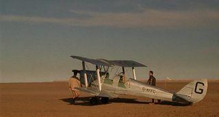 """El DH82A de """" El paciente inglés"""", aguarda en el desierto tunecino (Fuente: impdb.org)"""