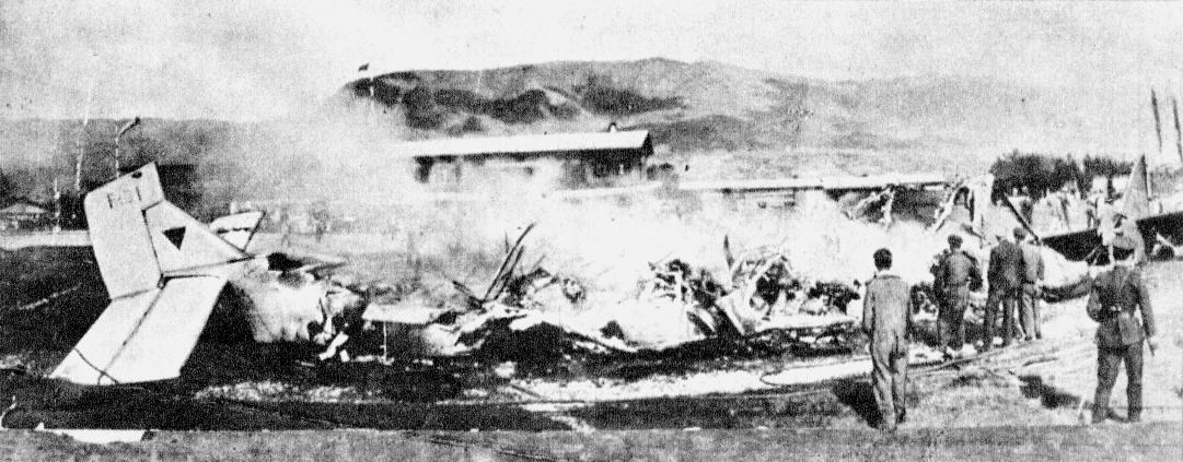 Restos humeantes de los dos aviones tras la brutal colisión. La cola del avión a la izquierda es la del F-31