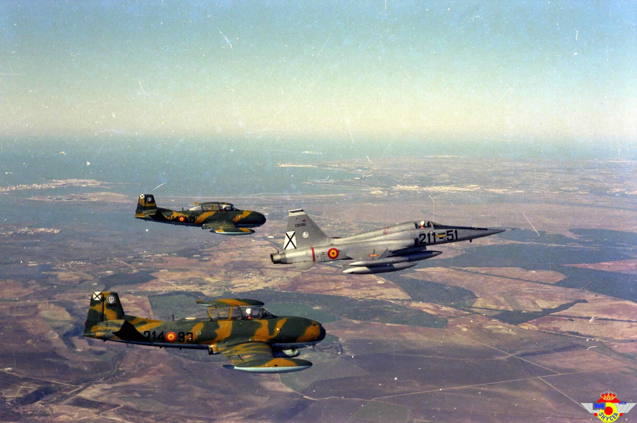 Hermosa y nostálgica foto donde dos Supersaetas del escuadrón 214 escoltan a un Northrop F-5 del escuadrón 211, todos ellos pertenecientes a la Base de Morón de la Frontera (Fuente: Ejército del Aire)