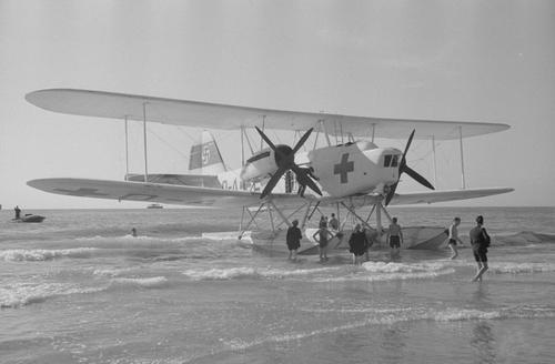 Un Heinkel He 59C-2 varado en una playa.