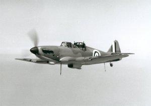Defiant Mk I en vuelo. Puede observarse el pesado radiador de aceite detrás de la toma de aire del motor (Fuente: Boulton Paul Association)