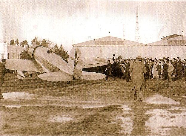 El Lockheed Sirius del Teniente Menéndez aterriza en Tablada la tarde del 14 de marzo de 1936, tras 33 días, 10 horas y 20 minutos de accidentado vuelo.