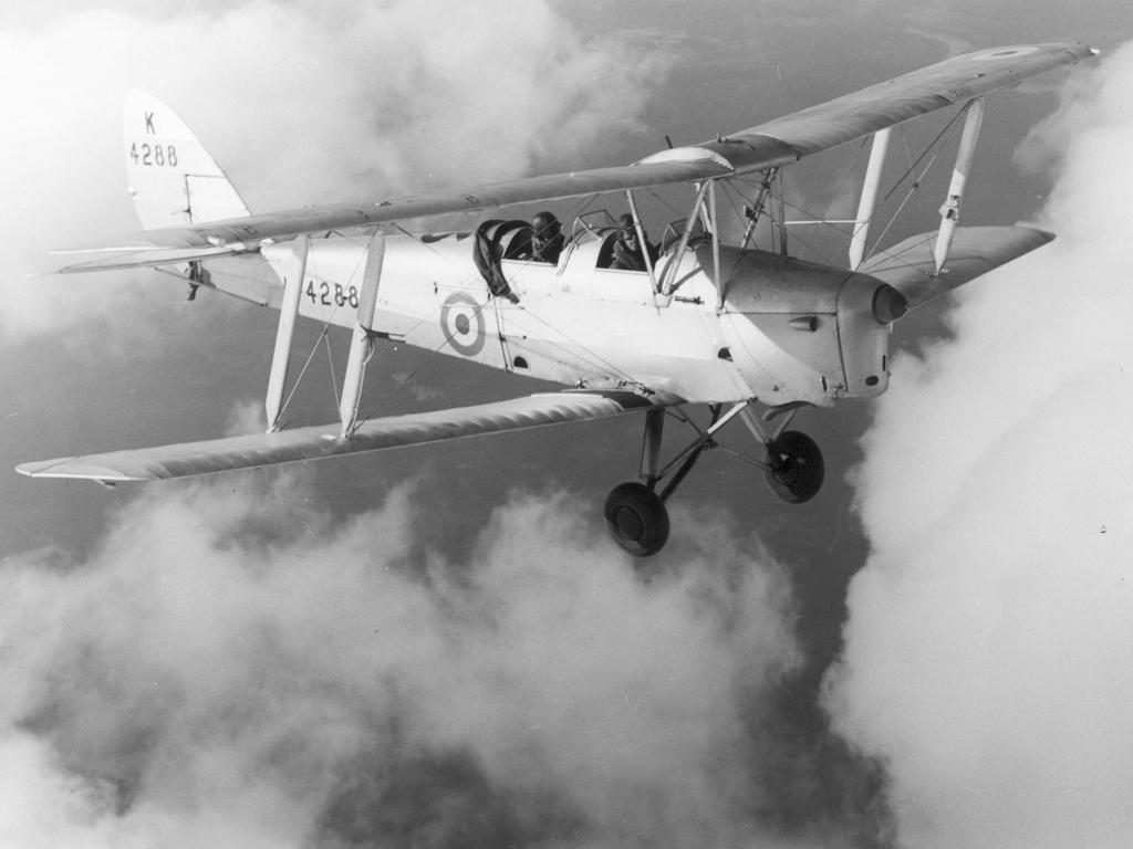 DH82A de la RAF en pleno vuelo. Obsérvese el avance del plano superior para facilitar el acceso del alumno al cockpit