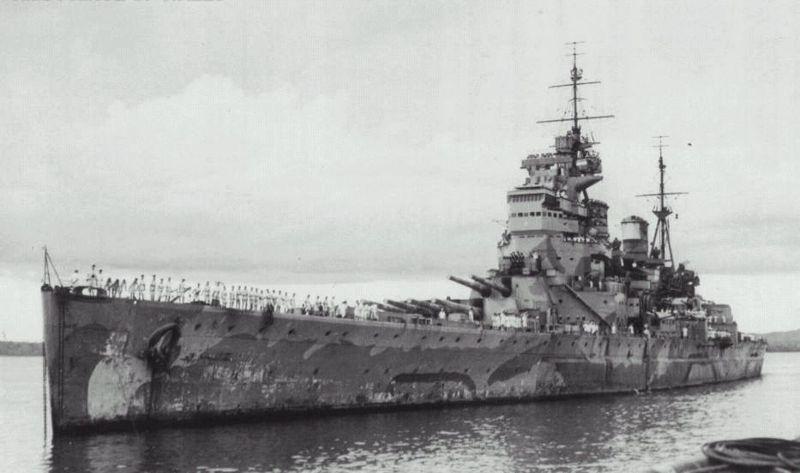 """Acorazado Prince of Wales anclado en Singapur el 4 de diciembre de 1941. Obsérvese la pintura de enmascaramiento utilizada, denominada """"First Admiralty Disruptive"""" (Fuente: Imperial War Museum)"""