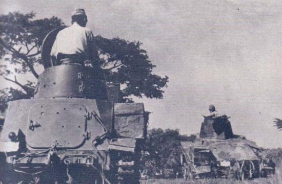 Carros japoneses avanzan en la Indochina francesa. La extrema debilidad de la colonia francesa, derrotada por Alemania impidió cualquier tipo de oposición a la ocupación nipona (Fuente: www.zweiterweltkrieg.org )