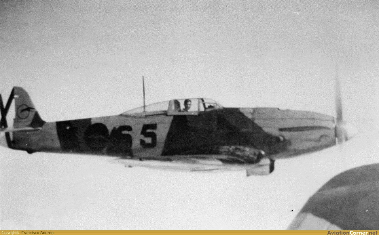He 112B con matrícula 5-65 y el teniente Entrena Klett a los mandos sobre los cielos de Marruecos (Fuente: Francisco Andreu/aviationcorner.net)