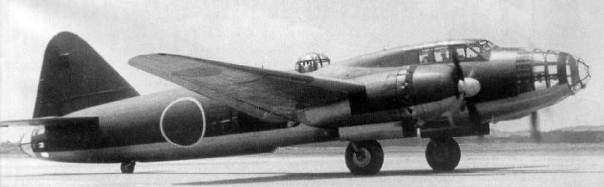 Un G4M2 inicia el carreteo antes del despegue. Esta versión fue introducida a finales de 1942 y veía mejorado su armamento defensivo y su autonomía. Es distinguible de las versiones G4M1 por las hélices cuatripalas.