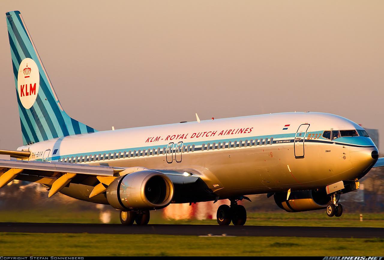 Un Boeing 737-800 de la KLM aterriza suavemente en el aeropuerto de Schiphol con su librea retro (Fuente: Stefan Sonnenberg / Airliners.net)