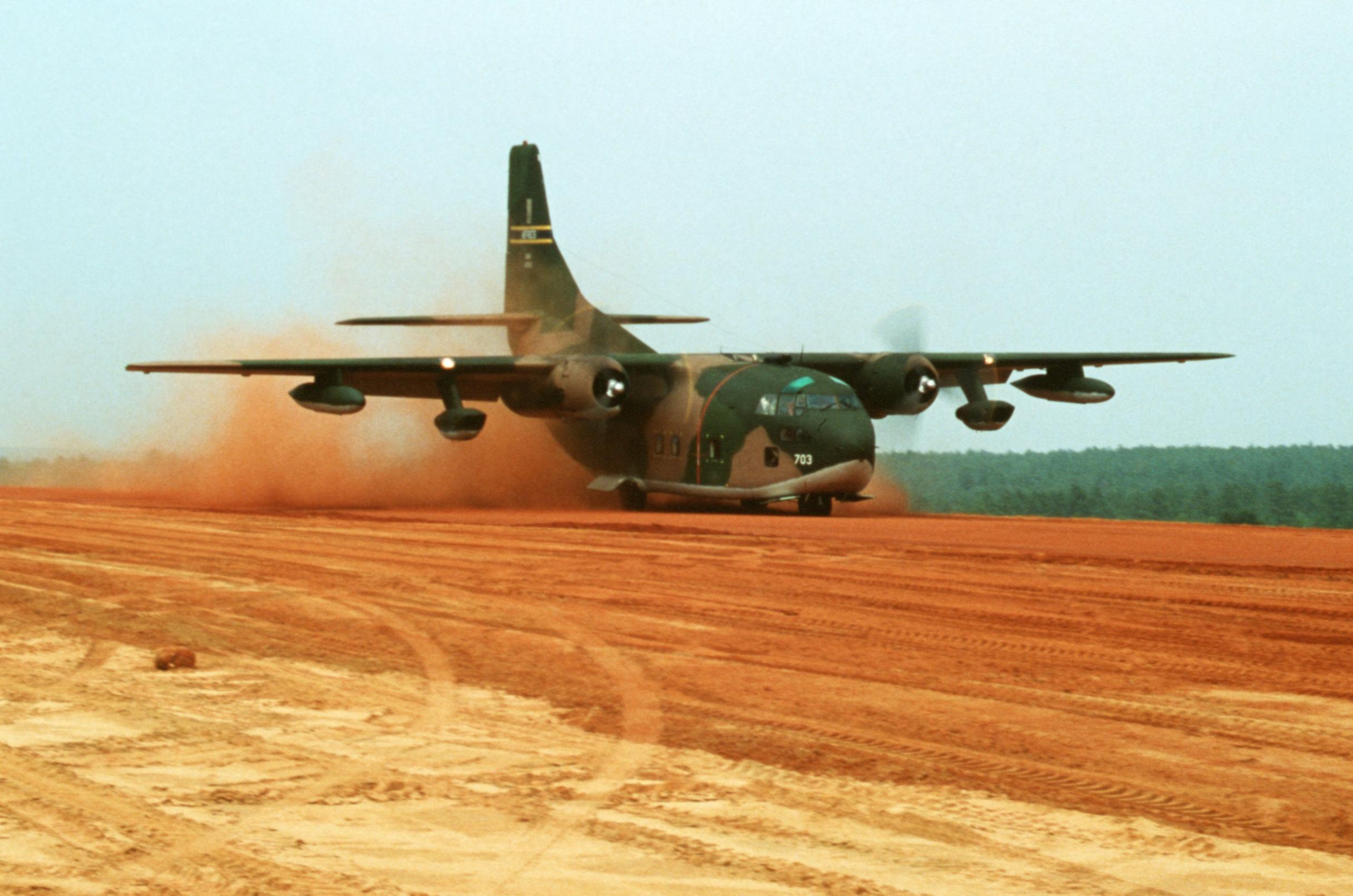 Un C-123K aterrizando durante unas maniobras de la USAF a finales de los 70. Los turborreactores Pratt & Whitney iban alojados bajos las alas. Es ilustrativa esta foto mostrando la capacidad del Provider para operar en pistas no preparadas