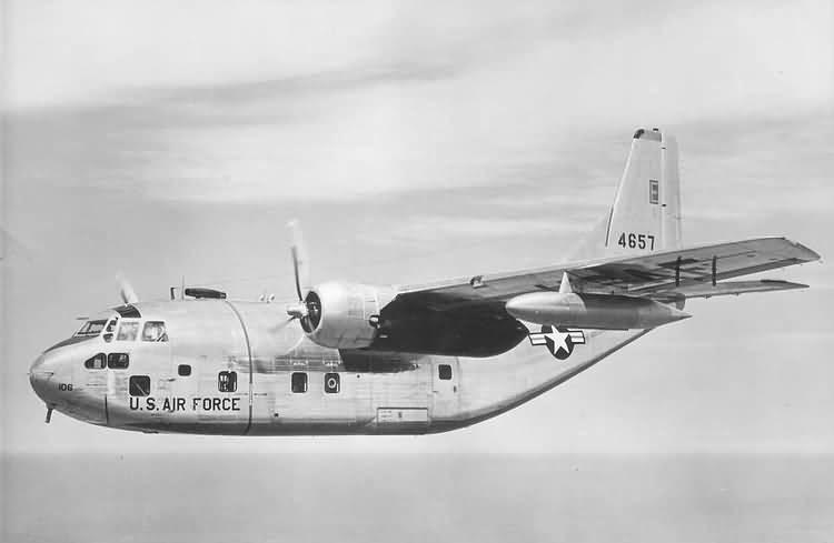 Fairchild C-123B en vuelo. De esta versión se fabricaron 302 unidades, siendo la mayoría reacondicionadas posteriormente a la versión K con la adición de turborreactores