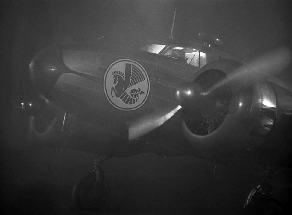 El Electra Junior arranca motores en el aeródromo de Casablanca. Obsérvese el famoso caballito de mar de Air France, compañía que nunca operó este modelo (Fuente: impdb.org)
