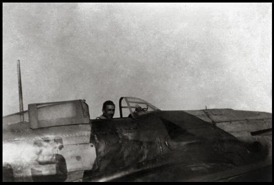 El teniente Miguel Entrena Klett en la cabina del Heinkel He 112B 5-65