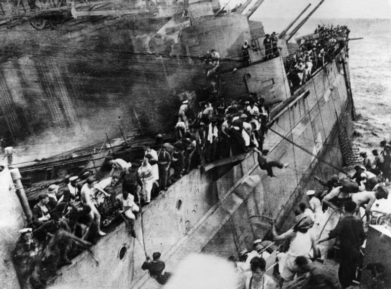 Famosa y terrible foto del desembarco de los supervivientes del sentenciado Prince of Wales, recogidos por el destructor Express, abarloado a él. El gran navío de guerra encajó cinco impactos directos de torpedo durante el combate (Fuente: Imperial War Museum)