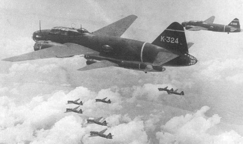 """Formación de G4M1 en vuelo dirigiéndose a su objetivo. De los 95 aviones que atacaron a los barcos ingleses, 26 eran """"Betty"""", armados con un torpedo de 800 kg cada uno"""