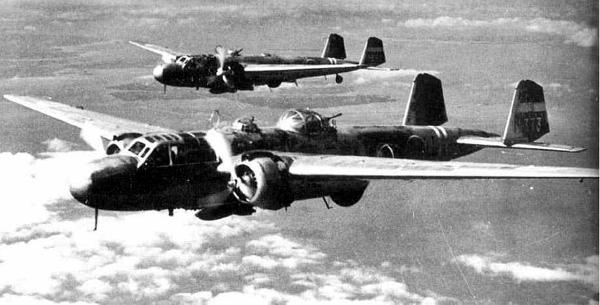 Dos bombarderos G3M2 en vuelo. El más cercano a la cámara pertenece a la última serie, la Tipo 22 y es distinguible por su prominente burbuja dorsal para albergar al artillero del cañón de 20 mm