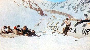 Algunos supervivientes descansan al sol junto a los restos del fuselaje (Fuente: viven.com.uy)