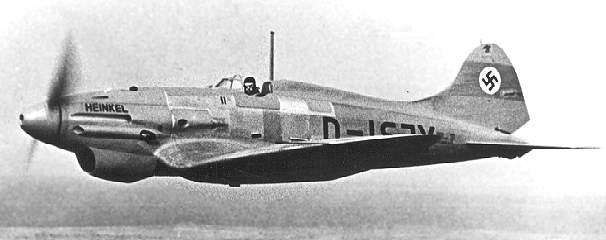 Prototipo V3 del Heinkel He112 en vuelo y acabado en metalizado natural. Sobre los prototipos anteriores, el avión llevaba un capó preparado para alojar ametralladoras, así como mejoras en los escapes y en el radiador. Obsérvese la cabina abierta, único detalle obsoleto en este elegante monoplano