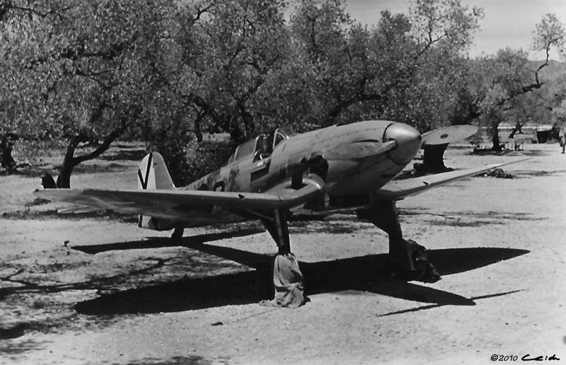 Segundo de los prototipos del He 112 llegados a España, este es el V.9 fotografiado en el aeródromo de La Sénia (Tarragona), durante el verano de 1938. El aparato, equipado con Jumo 210 ha recibido la matrícula 8-2, así como el yugo y las flechas en el timón y la cruz de San Andrés en el fuselaje (Fuente: Helmut Schmidt /manupedia.com)