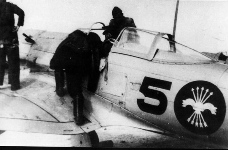 He 112B en el aeródromo de Balaguer (Lérida) en 1939. El mecánico va a proceder al encendido del motor, reconocible por la manivela montada en el capó (Fuente: mundosgm.com)