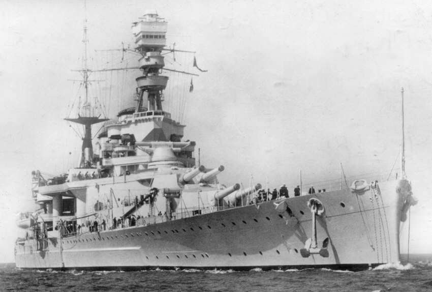 Crucero de Batalla HMS Repulse en una fotografía de preguerra tras las obras de modernización. El concepto de crucero de batalla imponía el concepto de velocidad y potencia de fuego como bazas para la victoria en un combate naval, por lo que los buques de este tipo tenían un blindaje bastante liviano (Fuente: historyofwar.org)