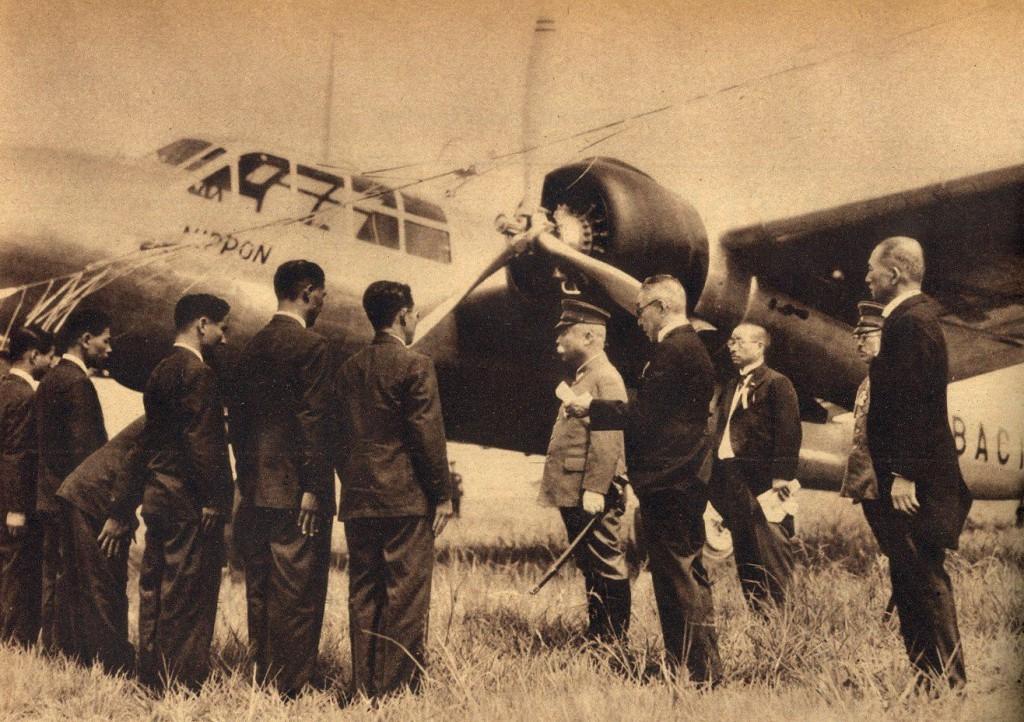 La tripulación del G3M Nippon-Go en la ceremonia de bautizo del aparato, donde el director del diario patrocinador del vuelo, Nobutaro Okumura, presenta a la tripulación ante el Embajador del Emperador, Príncipe Morimasa Nashimoto, antes de iniciar su vuelta al mundo. (wingnet.org)