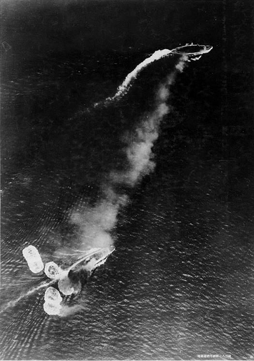 Dramática Fotografía tomada desde uno de los bombarderos japoneses donde se observa al Prince of Wales (parte superior) y al Repulse maniobrando furiosamente para esquivar las bombas. El Repulse escapa milagrosamente de varias, pero una de ellas acaba de alcanzarlo (Fuente: www.history.navy.mil)
