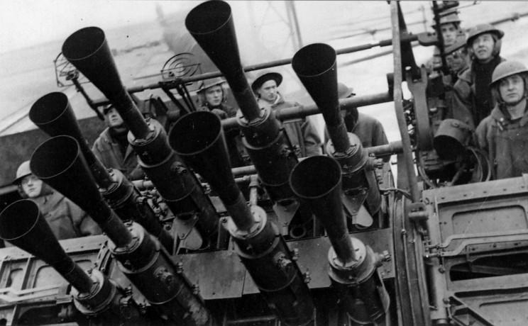 """Montaje de ocho cañones antiaéreos de tiro rápido Vickers MkVIII, base de la DCA del Prince of Wales y Repulse. Se les denominaba """"Pom-Pom"""" por el ruido característico o """"Pianos de Chicago"""". Era capaz de disparar durante 73 segundos sin recargar con una cadencia de disparo de 115 disparos/minuto"""