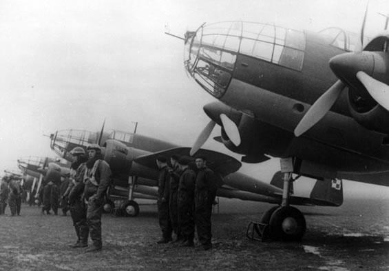 Tripulantes y mecánicos delante de sus Łoś A en una parada de 1938. Durante su entrada en servicio, este elegante bombardero era posiblemente el más moderno de Europa