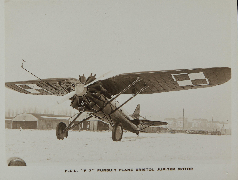 Una añeja estampa mostrando al antecesor del P.11, el P.7, con su motor radial sin capot y su característica silueta. Restaban una treintena de estos obsoletos cazas en servicio en 1939 (fuente: samolotypolskie.blogspot.com)