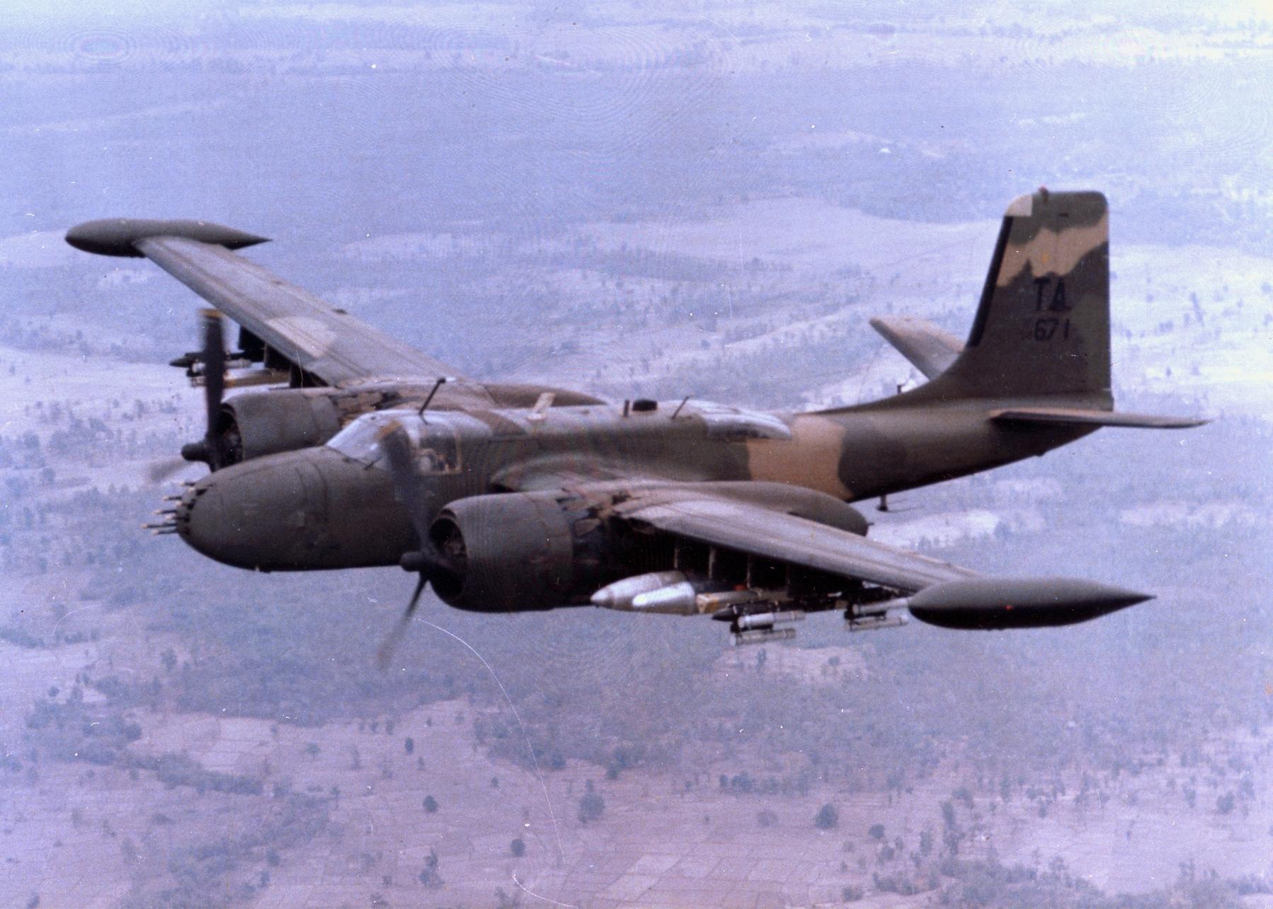 Un B-26K de la USAF en misión COIN sobre Vietnam a finales de los 60. Obsérvese las modificaciones en la deriva, los tanques de combustible auxiliares de punta de ala y los soportes bajo la misma