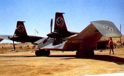 """El ala volante alemana, tal como aparecía en """"En busca del Arca Perdida"""". Sobre el perfil alar """"muy Northrop"""" (compárese con la foto anterior del N-1M), se han instalado unas derivas verticales y armamento defensivo."""