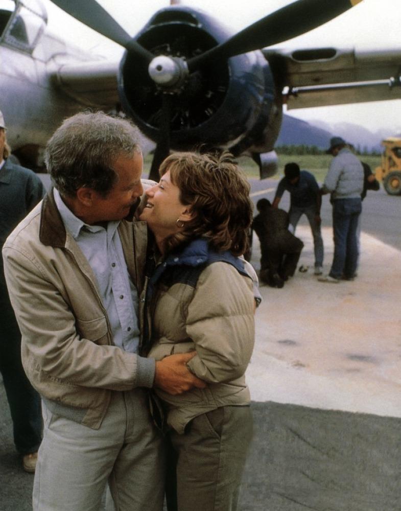 Richard Dreyfuss y Holly Hunter, de manitas delante del A-26C Invader