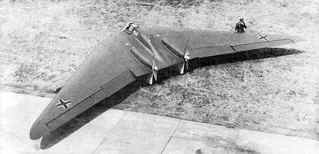Horten Ho V. Esta ala volante voló en 1943 e iba propulsada por dos Hirth HM-60R de 80 Hp. Las alas iban recubiertas de material plástico