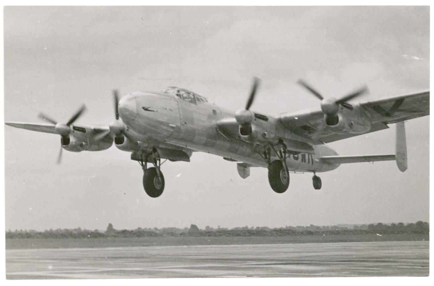 """Avro 691 Lancastrian similar al """"Star Dust"""". Sobre el modelo militar apenas se efectuaron modificaciones, aparte de eliminar equipo y armamento y la conversión de las bodegas de bombas en otras para carga, adaptación de asientos en el fuselaje y un morro ciego más aerodinámico. (Fuente: verdon-roe.co.uk)"""