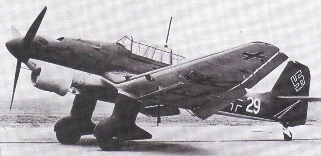 Quizás representa como nadie el significado de la Blitzkrieg este celebérrimo avión: el bombardero en picado Junkers Ju 87 Stuka. Eficaz sin oposición aérea, este aeroplano cosechó sus mejores éxitos sobre los cielos de Europa entre 1939 y 1940, con unos demoledores efectos físicos y psíquicos sobre las fuerzas de tierra