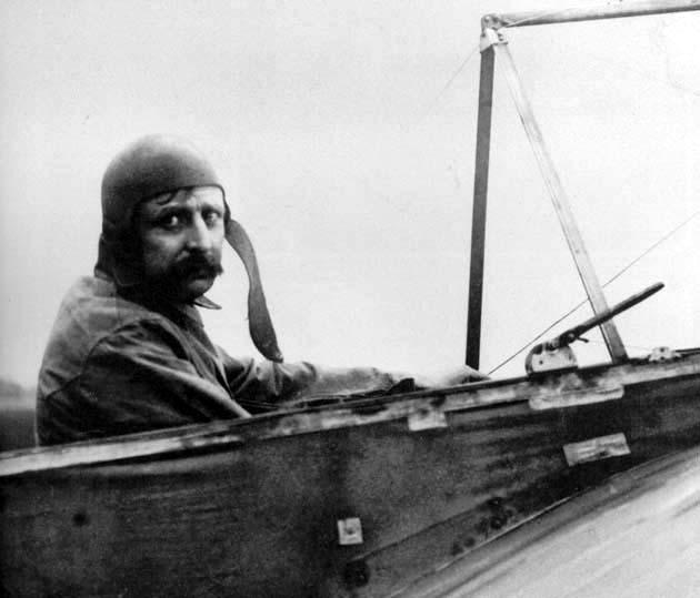 Louis Blériot a punto de hacer historia en su Blériot XI