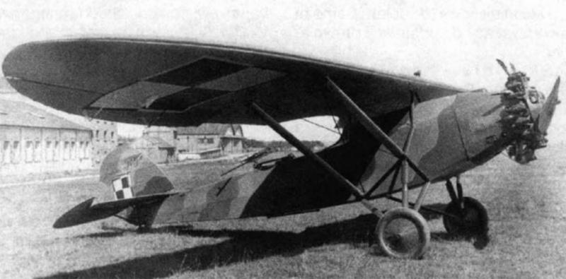 Lublin R-XIII, obsoleto avión de cooperación utilizado por el ejército polaco. Este monoplano biplaza de ala alta efectuó su primer vuelo en 1931 e iba propulsado por un radial Wright Whirlwind J-5. El observador manejaba una única ametralladora Vickers K de 7.7 mm y estaba equipado con lanzabombas. Presa fácil de los alemanes.