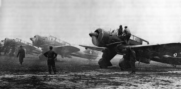 Línea de tres P.23 dispuestos a operar. Durante aquellas trágicas semanas, los aviadores polacos operaron valientemente sus aeroplanos pero el porcentaje de bajas fue altísimo