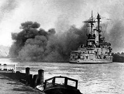 El viejo acorazado alemán Schleswig-Holstein abre fuego con sus torres principales de 280 mm contra las posiciones polacas de la cercana fortaleza de Westerplatte. Comenzaba la Segunda Guerra Mundial