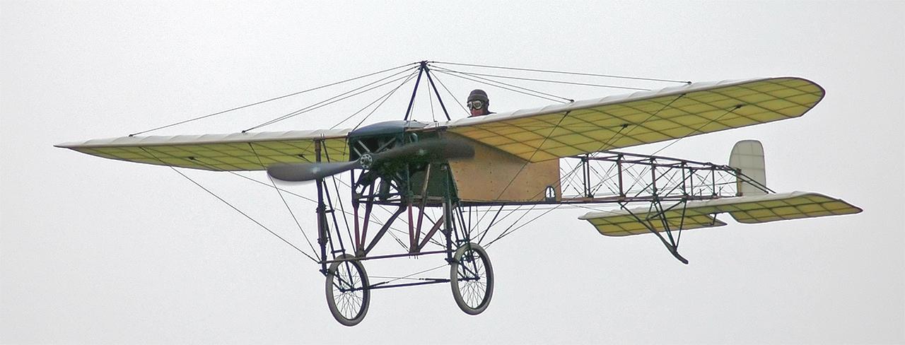 Una fiel réplica del Blériot XI en pleno vuelo (Fuente: ulmfrance.tv)
