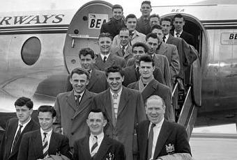 """Los """"Busby Babes"""" posan en la escalerilla de un Vickers Viscount de BEA previo a un compromiso internacional"""