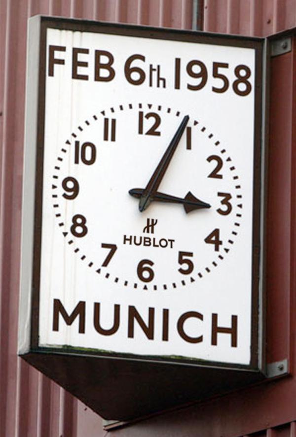 Un reloj colocado en uno de los muros de Old Trafford recuerda la fecha y hora del accidente de Munich (https://teamwinning.files.wordpress.com).