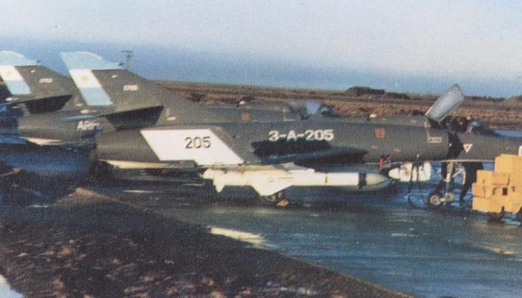 Dos Super Étendard listos para iniciar una de las misiones desde el continente. Podría tratarse de la que acabó con el Atlantic Conveyor