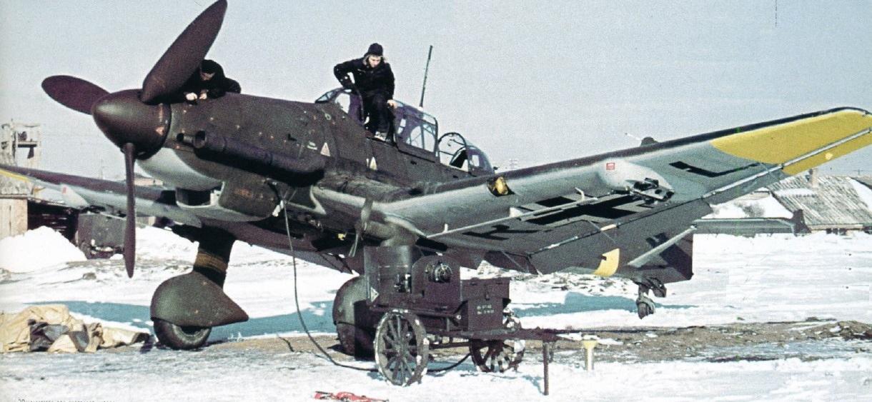 Un Ju 87D-8 es revisado en el Frente del Este. Esta versión de asalto carecía de frenos de picado y llevaba apagallamas en los escapes para operar de noche. Obsérvense las sirenas eólicas en las patas de aterrizaje. De las versiones D surgirá la versión cazacarros (fuente: kevsaviationpics.blogspot.com.e)
